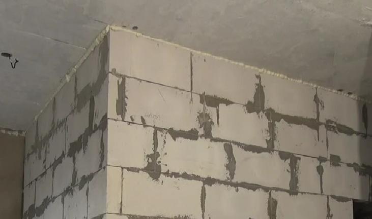 Окончание возведения стен из керамзитовых блоков