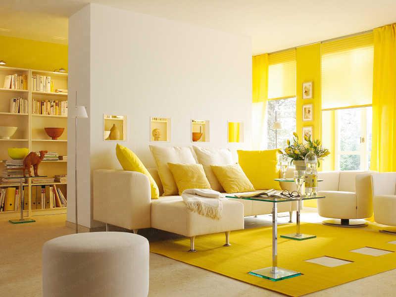 Желто-белый интерьер комнаты