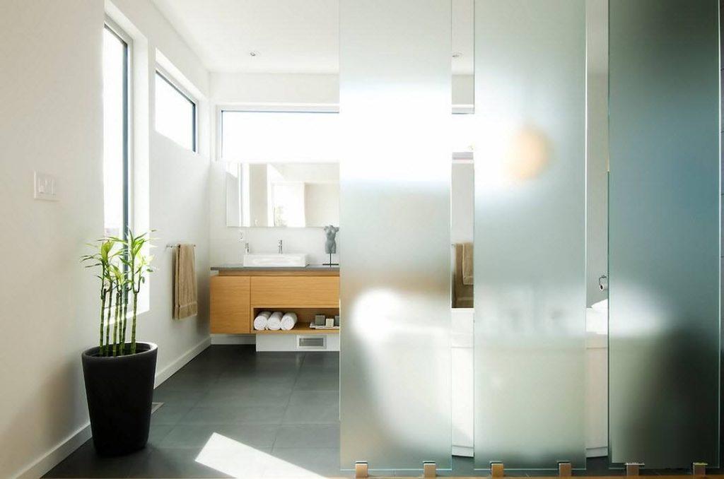 Перегородки в ванной со стеклянных листов